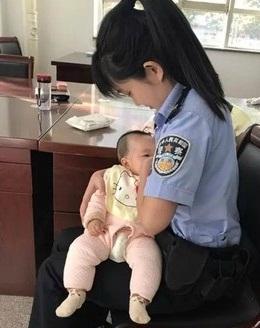 Polwan menyusui bayi terdakwa